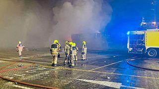 رجال إطفاء تابعون للدفاع المدني في موقع الحريق الذي اندلع في ميناء جبل علي الرئيسي في دبي إثر انفجار.