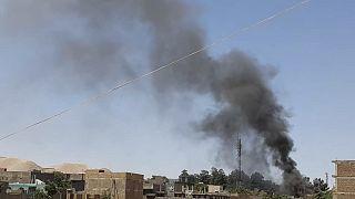 عمود من الدخان يتصاعد من المنازل وسط القتال الدائر بين قوات الأمن الأفغانية ومقاتلي طالبان في مدينة قلعة ناو الغربية، عاصمة إقليم بادغيس في أفغانستان.