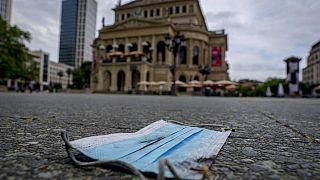 Ein Nasen-Mundschutz vor der Oper in Frankfurt am Main, 22.06.2021