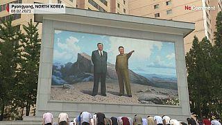 تعظیم ساکنان پیونگ یانگ در مراسم یادبود بیست و هفتمین سالمرگ کیم ایل سونگ