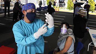Pfizer vakcinával oltanak egy oltóponton a perui Arequipa településen, 2021. június 26-án