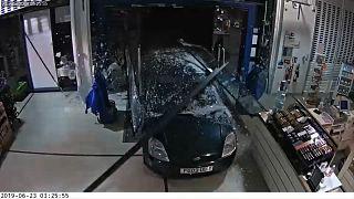 شرطة بريطانيا تنشر مقطع فيديو لحادثة سطو تعود لعام 2019 بعد أن قبضت مؤخرا على مرتكبيها