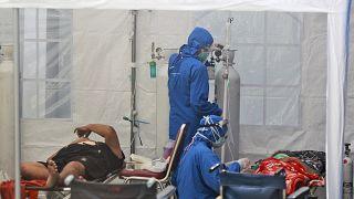 ارتفاع معدل الإصابات بكوفيد-19 في إندونيسيا