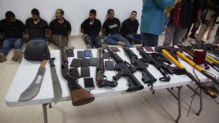 Полиция Гаити показывает подозреваемых журналистам