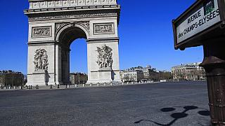 Paris'in en çok turist çeken bölgelerinden biri olan Champs Elysees Caddesi ve Zafer Takı.