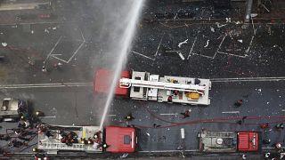 عناصر الإطفاء يحاولون إخماد حريق في دكا. 2019/03/28