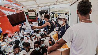 توزيع الطعام على المهاجرين على ظهر سفينة إنقاذ أوشن فايكنغ في البحر المتوسط الاثنين 5 يوليو 2021