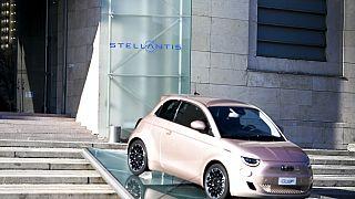 Une voiture de la marque Fiat, filiale du Groupe Stellantis à Turin le 18 janvier 2021