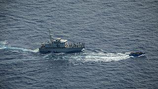 قارب مهاجرين مكتظ يحاول الهرب من خفر السواحل الليبي في البحر المتوسط 30 يونيو 2021