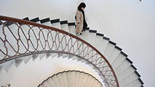 الفنانة والمصورة البصرية الأفغانية رادا أكبر تتجول داخل قصر دار الأمان في كابول.