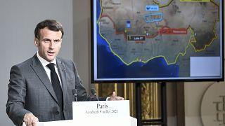 الرئيس الفرنسي إيمانويل ماكرون يلقي كلمة خلال مؤتمر صحفي مشترك مع رئيس النيجر في قصر الإليزيه الرئاسي.
