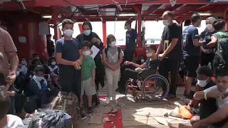 Centenas de migrantes desembarcam na Sicília