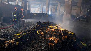 Tűzoltók a leégett üzemben