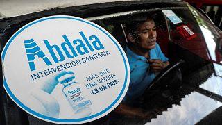 ملصق لمرشح اللقاح الكوبي عبد الله المضاد لكوفيد-19 يظهر على الزجاج الأمامي لسيارة في هافانا، في 9 يوليو 2021.