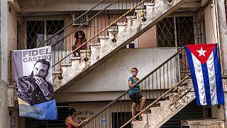 Várakozók egy kubai oltópontnál