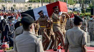 جنود مصريون يحملون نعش أرملة الرئيس الراحل أنور السادات، جيهان السادات، أثناء دفنها بجانب زوجها في نصب الجندي المجهول في القاهرة في 9 يوليو / تموز 2021.