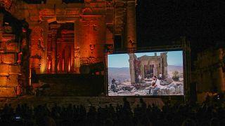 """مهرجان بعلبك، الذي يقام تحت شعار """"تحدي الظلام بالموسيقى""""  في سهل البقاع الشرقي في لبنان- 9 يوليو 2021."""