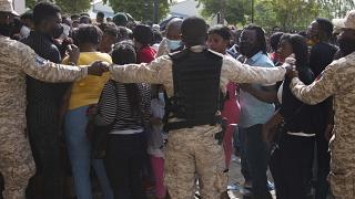 الشرطة الهايتية تشكل طوقا أمنيا أمام السفارة الأمريكية في بورو برنس.  2021/07/09
