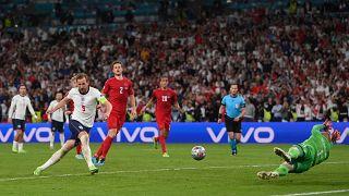 هاري كاين يسجل الهدف الثاني لمنتخب بلاده أمام الدنمارك في مباراة نصف النهائي في لندن. 2021/07/07