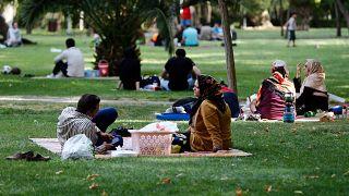 إيرانيون يجلسون في أحد المتنزهات بالعاصمة طهران. 21/06/2019