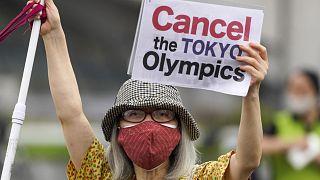 Az olimpia megrendezése ellen tüntetnek a tokiói Komazava Olimpiai Park előtt
