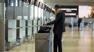 Archív felvétel: indulására várakozó utas a néptelen Ben Gurion repülőtéren
