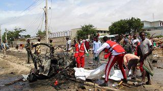 طواقم الإنقاذ والإسعاف في موقع التفجير الانتحاري الذي استهدف مفوض الشرطة بالعاصمة الصومالية مقديشو. 10/07/2021