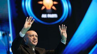 A török államfő köszönti a résztvevőket a kormányzó iszlamista AKP márciusi kongresszusán