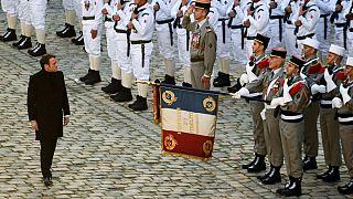 Cumhurbaşkanı Emmanuel Macron şeref kıtasını selamlarken