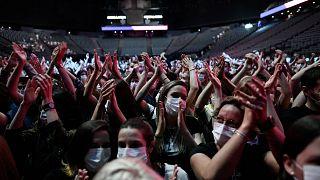 """Paris'te 4 bin kişi Bercy AccorHotels Arena'daki Covid-19 """"deneme konserine"""" katıldı. 29 Mayıs 2021"""