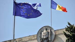 علم الاتحاد الأوروبي بجانب علم مولدوفا فوق البرلمان بالعاصمة كيشيناو. 09/07/2021