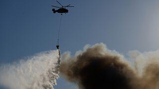 طائرة مروحية تابعة لوزارة الطوارئ الروسية تعمل على إخماد النيران في موسكو. 21/06/2021