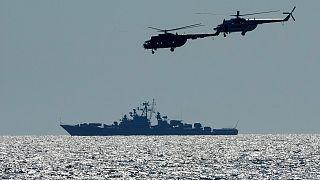 مروحيات أوكرانية تحلق فوق سفينة حربية روسية خلال مناورات نسيم البحر 2021