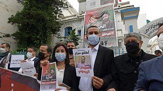 أعضاء من نقابة الصحفيين التونسيين مع ملصقات تدعم الصحفيين المغاربة المسجونين عمر الراضي وسليمان الريسوني، 3 مايو 2021