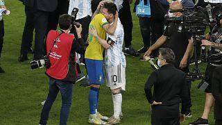 اللاعب الرازيلي نيمار بعانق الأرجنتيني ميسي في نهائي كوبا اميركا في ريو دي جانيرو. 2021/07/10