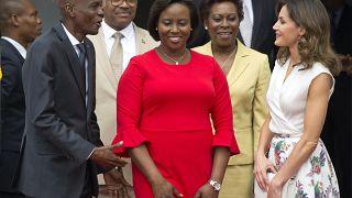 رئيس هايتي جوفينيل مويس إلى اليسار والسيدة الأولى مارتين مويس يستقبلان ملكة إسبانيا ليتيسيا اورتيز يالعاصمة بورت أو برنس. 23/05/2018