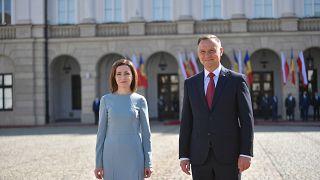 Maia Sandu moldovai elnök a lengyel államfővel a varsói elnöki palotánál június 21-én