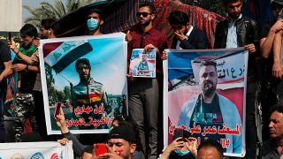 عراقيون يرفعون صور محتجين فقدوا خلال الاحتجاجات المناهضة للحكومة في بغداد. 2020/02/23