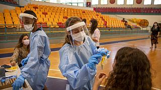 Accordo Israele-Pfizer per rifornimento sui vaccini. Immunizzare i giovanissimi