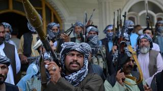 مليشيات أفغانية تتجمع بأسلحتها في منزل أمير الحرب الأفغاني إسماعيل خان في هرات، لدعم قوات الأمن الأفغانية ضد طالبان، 9 يوليو 2021