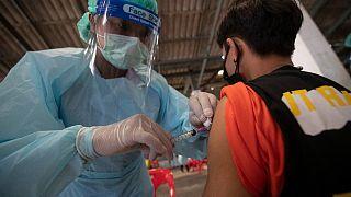 Sinovac aşısı yapan bir sağlık çalışanı