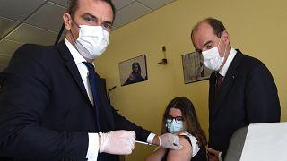 Olivier Véran, ministre de la santé français, accompagné de Jean Castex, premier ministre, vaccine une femme le 24 juin 2021