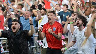 مشجعو المنتخب الإنجليوي لكرة القدم يحتفلون في مانشستر. 2021/06/06