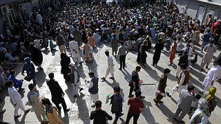 ABD'nin Afganistan'dan geri çekilme kararı sonrası Kabil'de binlerce kişi pasaport başvurusu yaptı