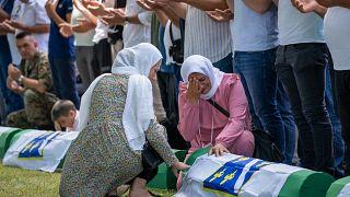 Une femme pleure alors qu'une victime du massacre de Srebrenica identifiée récemment va être enterrée au mémorial de Potocari près de Srebrenica, le 11 juillet 2021