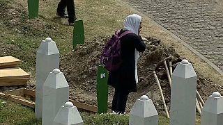 Bósnia-Herzegovina homenageia vítimas de Srebrenica