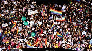 جاء القرار بعد معركة قضائية بدأت قبل أكثر من عقد، وقضت بموجبه المحكمة برئاسة القاضية إستر حيوت بضرورة رفع القيود المفروضة على تأجير الأرحام للأزواج مثليي الجنس في غضون 6 أشهر