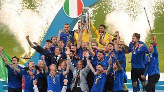 المنتخب الإيطالي يحتفل بفوزه على إنكلترا بضربات الترجيح 3-2 وإحرازه كأس أمم أوروبا للمرة الثانية في تاريخه
