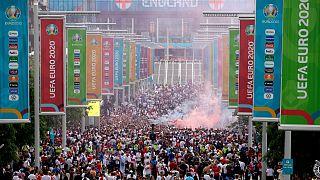 نجمعات المشجعين خارج ملعب ويمبلي في لندن، الأحد 11 يوليو 2021، قبل المباراة النهائية لبطولة أوروبا بين إنجلترا وإيطاليا
