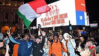Supporters italiens en liesse après la victoire de l'Italie contre l'Angleterre à l'Euro de football, PIcadilly Circus, Londres, 12 juillet 2021